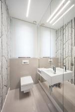 Szara Toaleta z dużym lustrem i tapetą